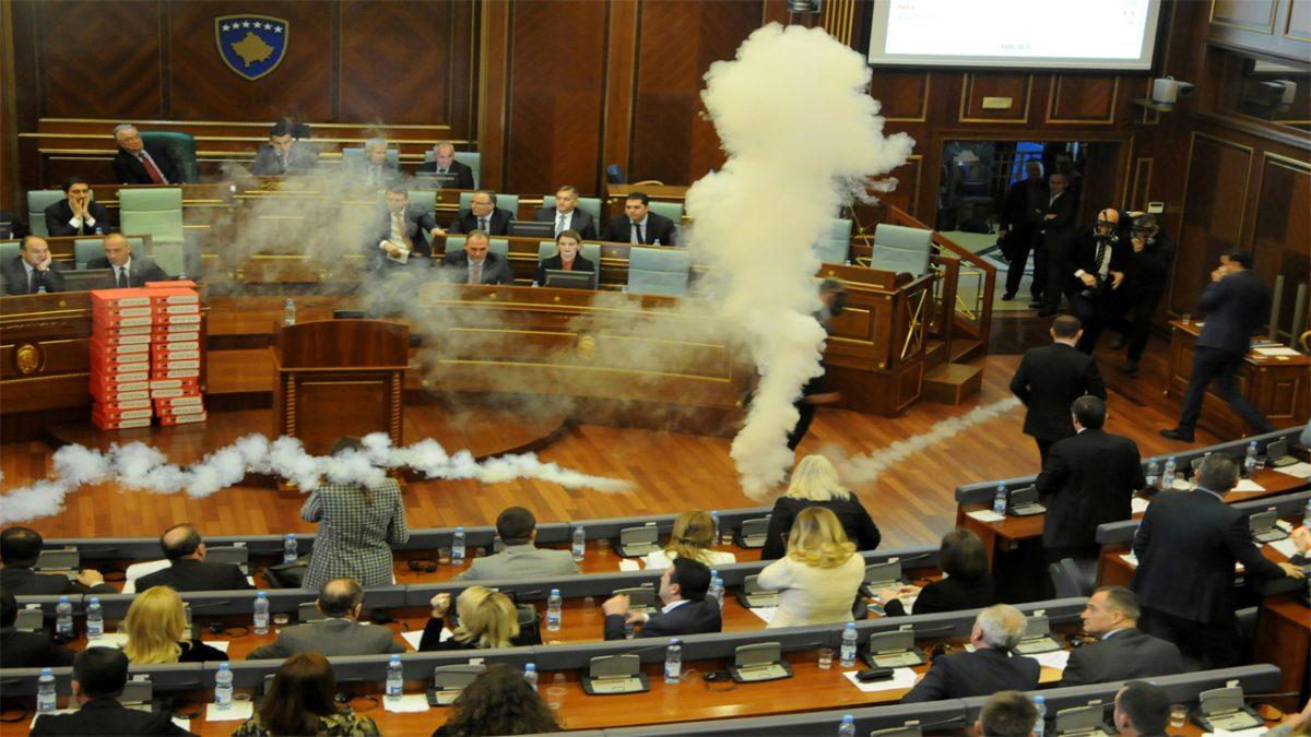 Kosovo ratifică frontiera cu Muntenegrul, în pofida unor tiruri de gaze lacrimogene în Parlament
