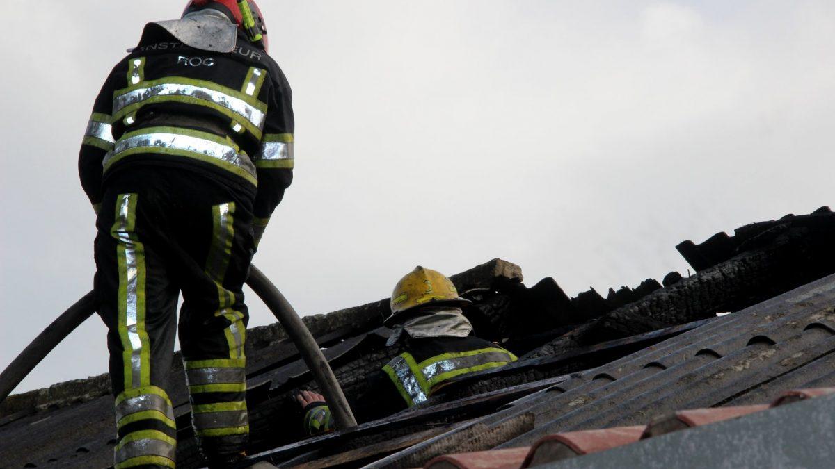 (FOTO) Acoperișul unei fabrici de mezeluri a ars la Trușeni