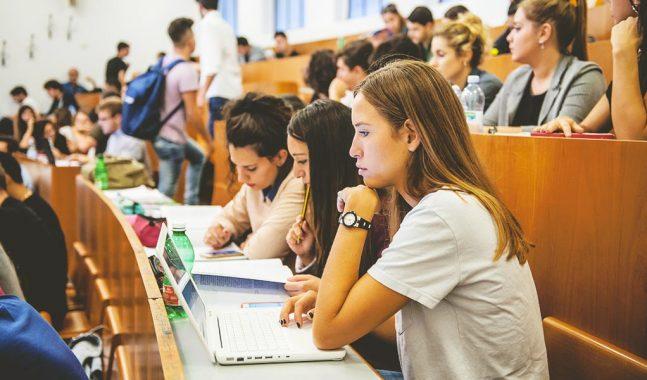 Numărul de studenți scade al 12-lea an consecutiv; Universitățile de stat, cele mai afectate
