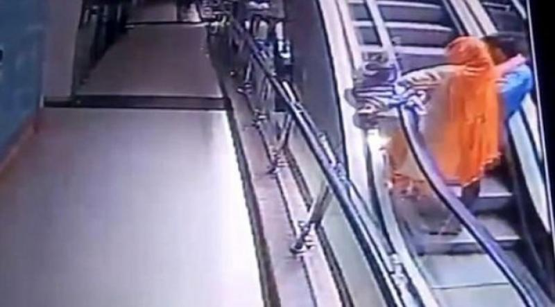 (VIDEO) Momentul în care un copil de 10 luni este scăpat din brațe de mama care își făcea un selfie