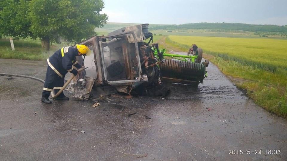 Grav accident la Comrat. Un tractor a luat foc