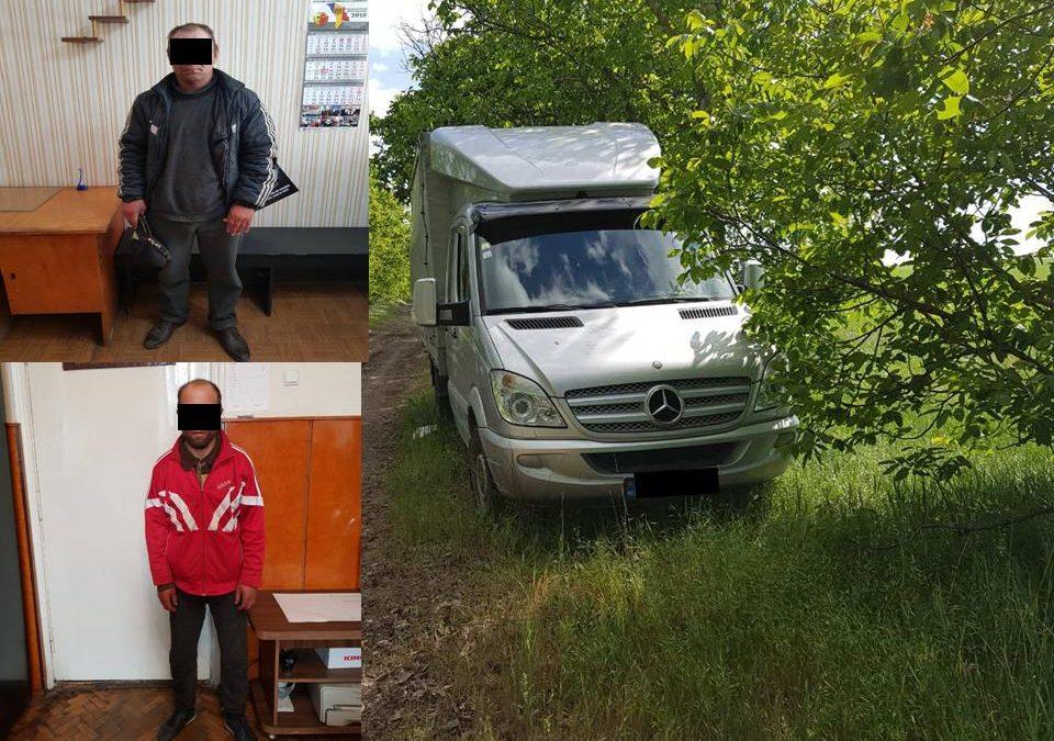 Doi bărbați reținuți de poliție pentru furtul unui automobil