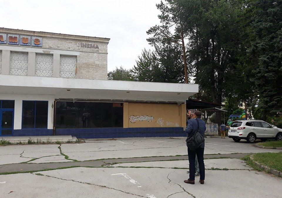 (VIDEO) A început demolarea cinematografului Gaudeamus; La apariția lui Năstase muncitorii au dispărut