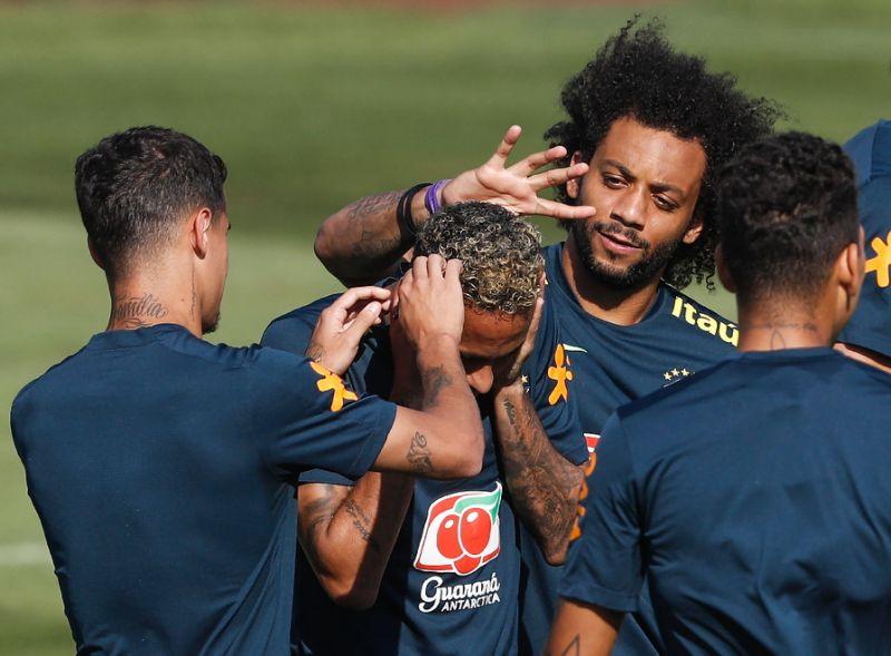 Tatăl lui Neymar le cere fanilor să fie mai indulgenți cu fiul său, după ce acesta a primit critici usturătoare pentru meciul Brazilia-Costa Rica