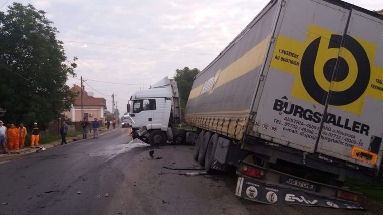 Doi moldoveni, tată și fiu, s-au stins într-un grav accident produs pe o șosea din România