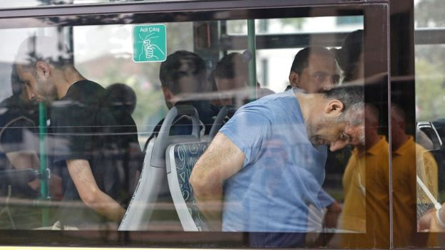 Ce i-ar putea aștepta pe profesorii turci în închisorile lui Erdogan: Bătuți cu bastoane și lipsiți de somn până când semnează declarațiile puse în fața lor