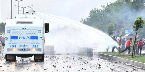 (FOTO și VIDEO) Erdogan a venit cu un cadou surpriză pentru Plahotniuc și Dodon: Două vehicule de luptă cu protestatarii