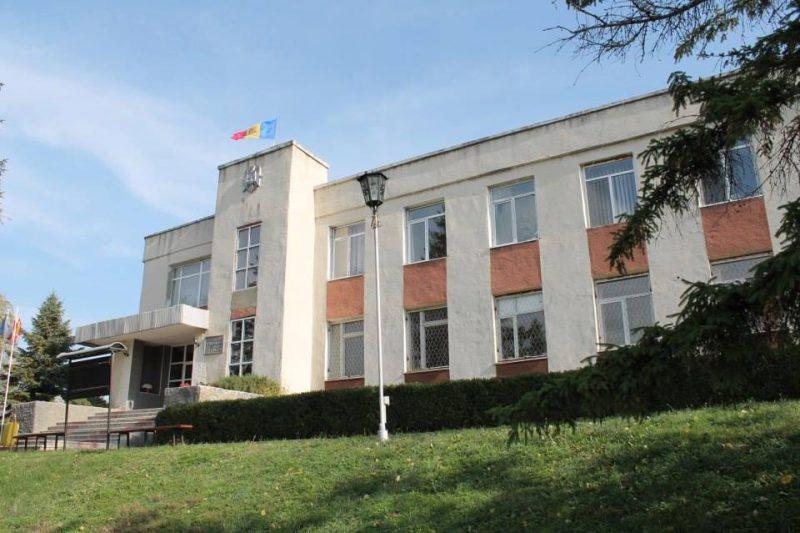 Căușeni: Primăria încheie contracte cu firmele soției primarului și nu publică actele de la licitații