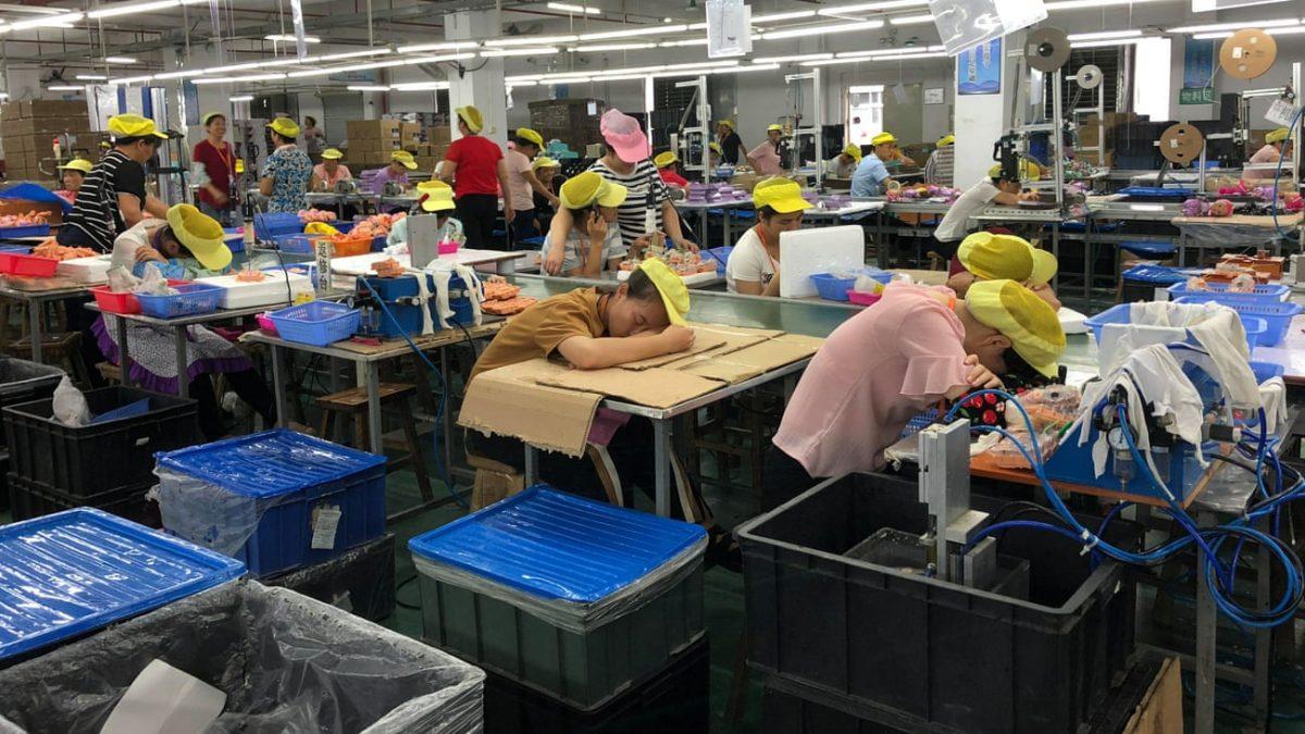 Partea întunecată a lumii Disney: jucăriile Ariel, care se vând cu 40 de dolari, sunt făcute de chinezi plătiți cu 0.01 dolar per jucărie