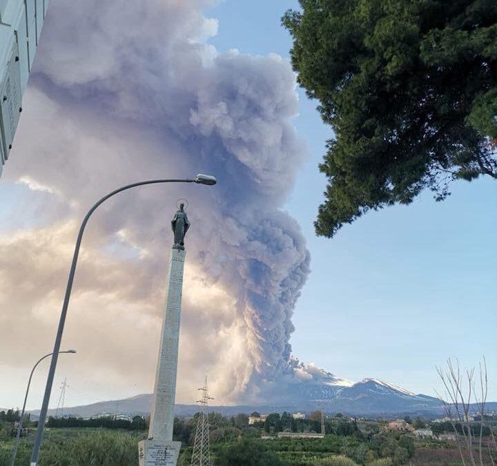 (VIDEO) Erupția Vulcanului Etna a perturbat traficul aerian