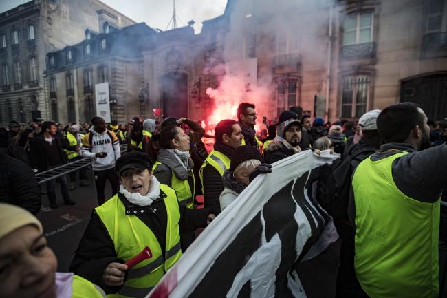 Guvernul francez va suspenda mărirea taxelor pe combustibil, în urma protestelor violente din ultimele săptămâni