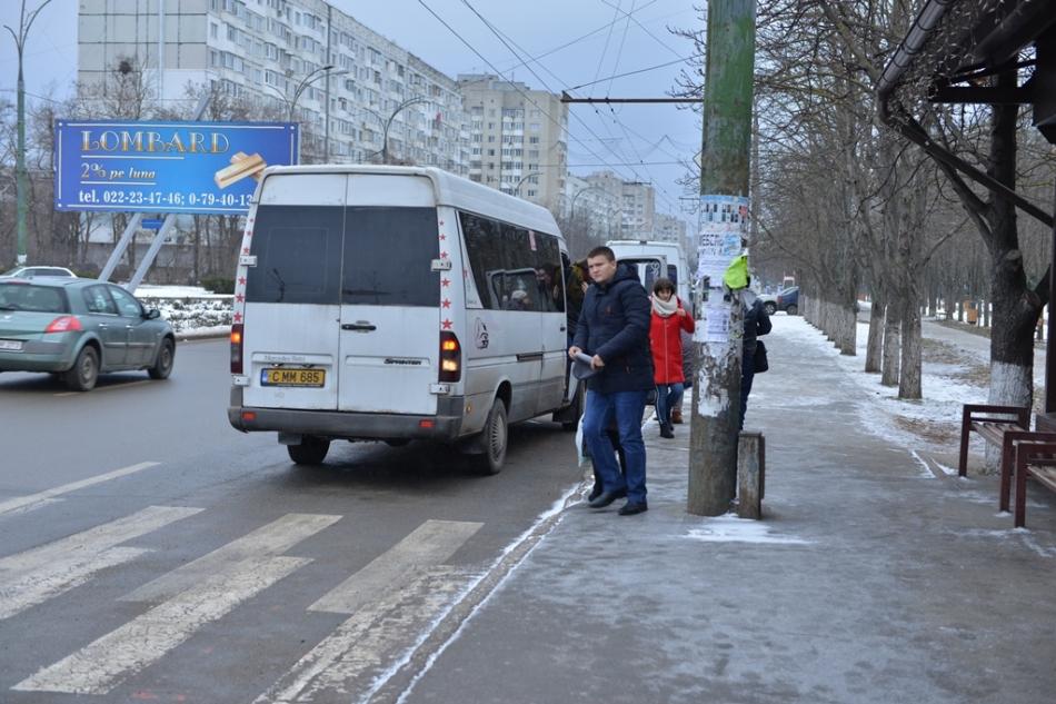 În Chișinău continuă lucrările de curățare a trotuarelor și a curților de blocuri de ghețuș