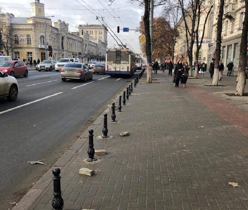 Au fost instalați primii piloni care împiedică parcarea mașinilor pe trotuare; Cât costă