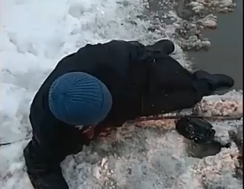 (VIDEO) Băltoacele din Chișinău, mai periculoase decât marea: Un bărbat, la un pas de a se scufunda în mocirlă