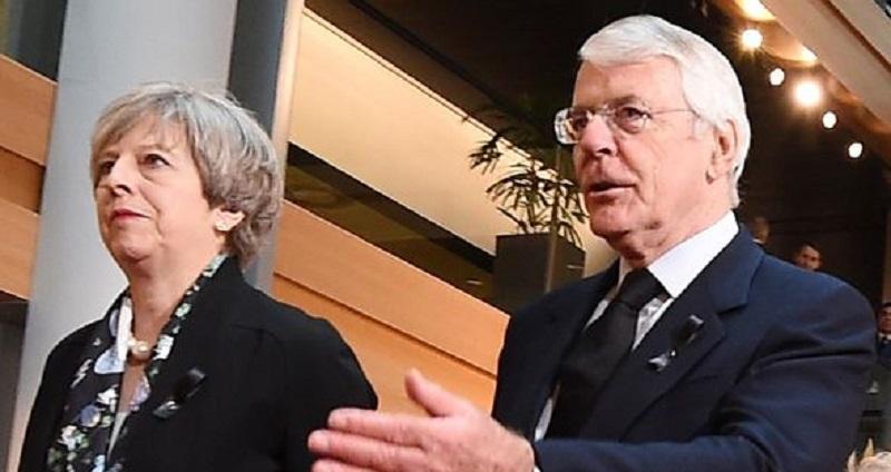 Ce a sfătuit-o un ex-premier britanic pe Theresa May
