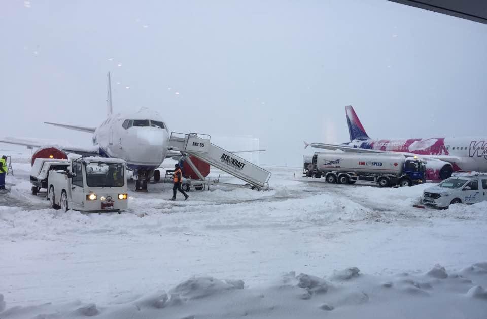 Ninsoarea a dat peste cap și traficul de pe aeroport; Mai multe curse anulate sau întârziate