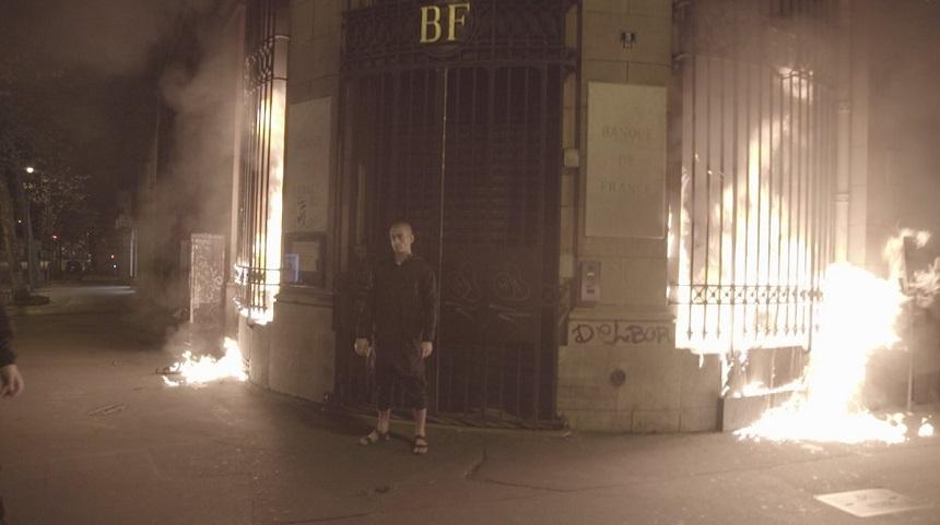 (VIDEO) Ce pedeapsă riscă artistul rus care a incendiat sediul unei bănci din Paris