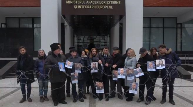 (VIDEO) Flashmob cu sârmă ghimpată la Ministerul de Externe