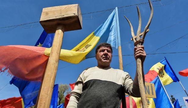 Moldovene, scapă de frică, ridică fruntea sus! Frica = sărăcia ta și prosperitatea lor
