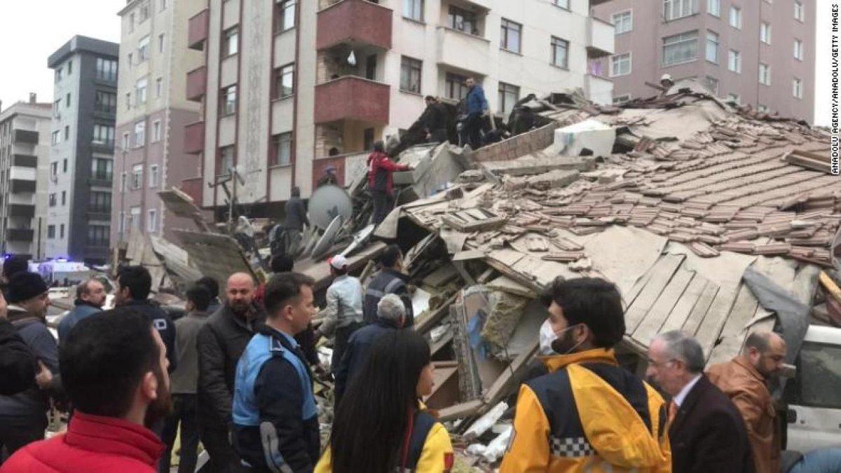 (VIDEO) Momentul în care un bloc cu opt etaje se prăbușește în Istanbul; Zeci de persoane sunt prinse sub dărâmături