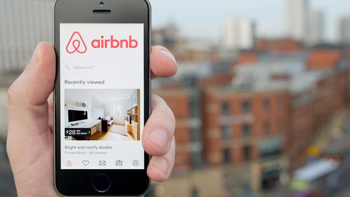 Compania Airbnb, dată în judecată de Primăria Parisului