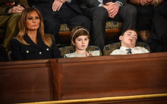 (VIDEO) Băiatul hărțuit la școală pentru că poartă numele Trump adoarme în timpul discursului președintelui