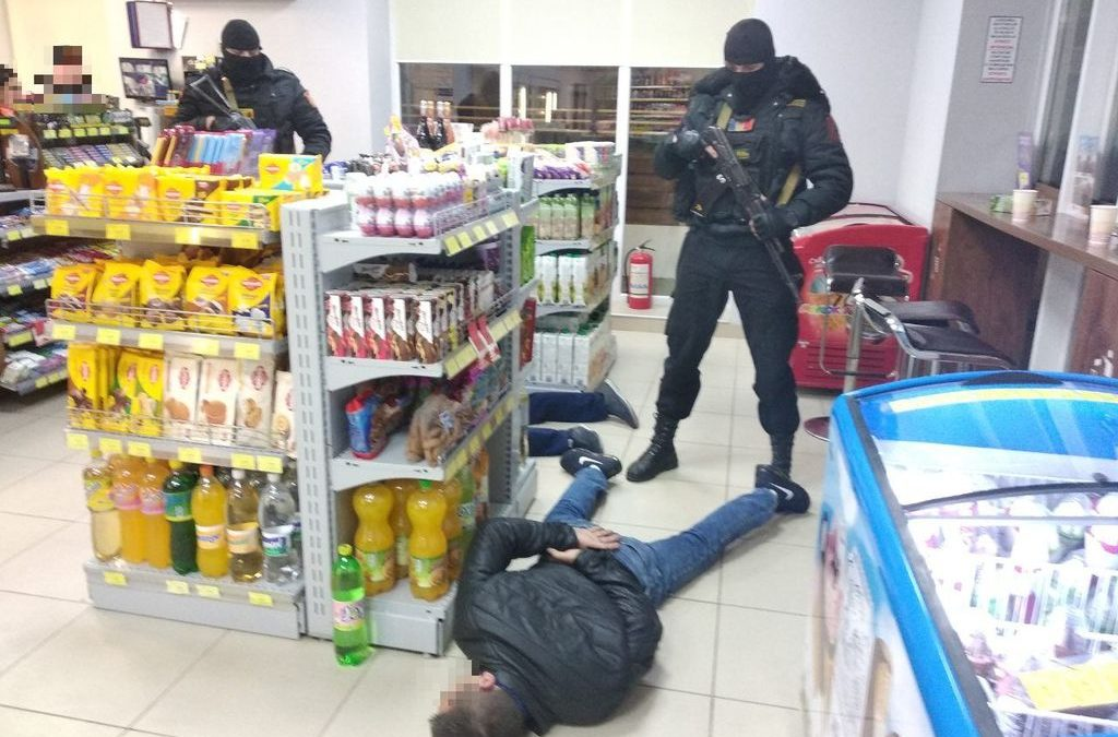 Șase persoane, reținute într-un dosar de comercializare a drogurilor