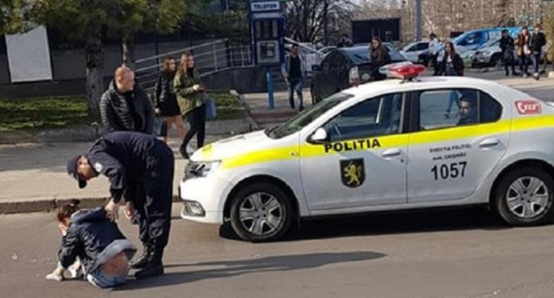 (FOTO) O tânără, lovită de o mașină a Poliției