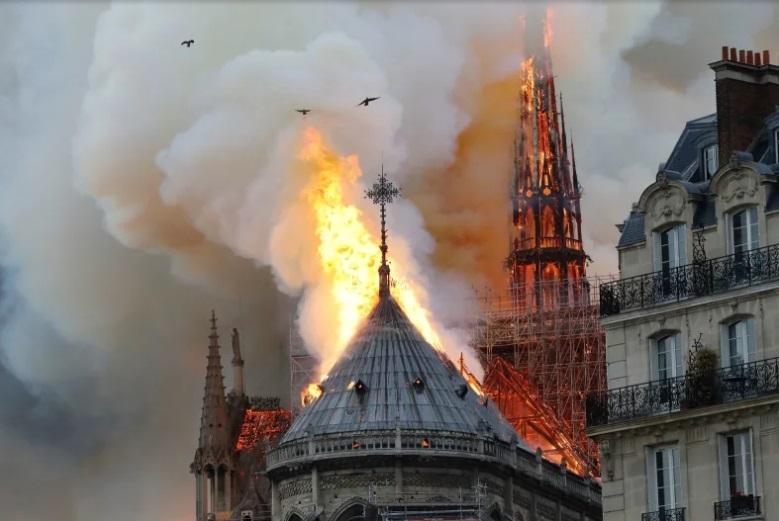 (FOTO și VIDEO) Celebra catedrală Notre-Dame din Paris, în flăcări; Una dintre turle și acoperișul s-au prăbușit
