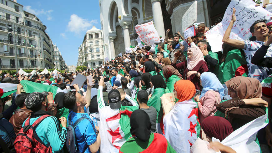 Zeci de mii de oameni au protestat iar în Algeria