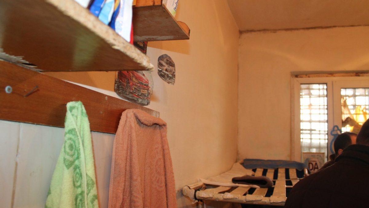 (FOTO) Mucegai, baie o dată pe săptămână și fără întrevederi; Ce spune Avocatul Poporului despre condițiile în care este deținut Petic