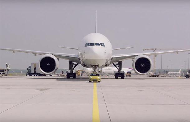 (VIDEO) Lansare spectaculoasă de la BMW: Un Mini electric care tractează un Boeing Cargo