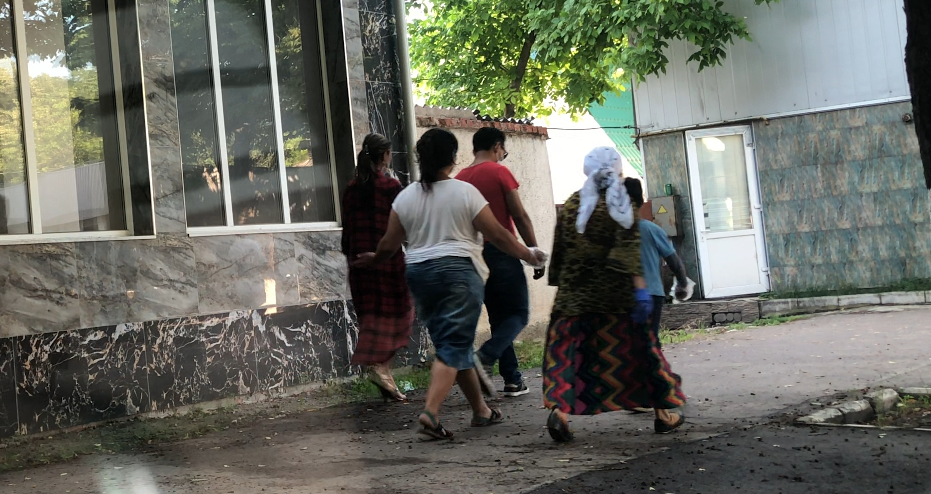 O familie de romi pe străzile din Soroca. FOTO: ANA SÂRBU
